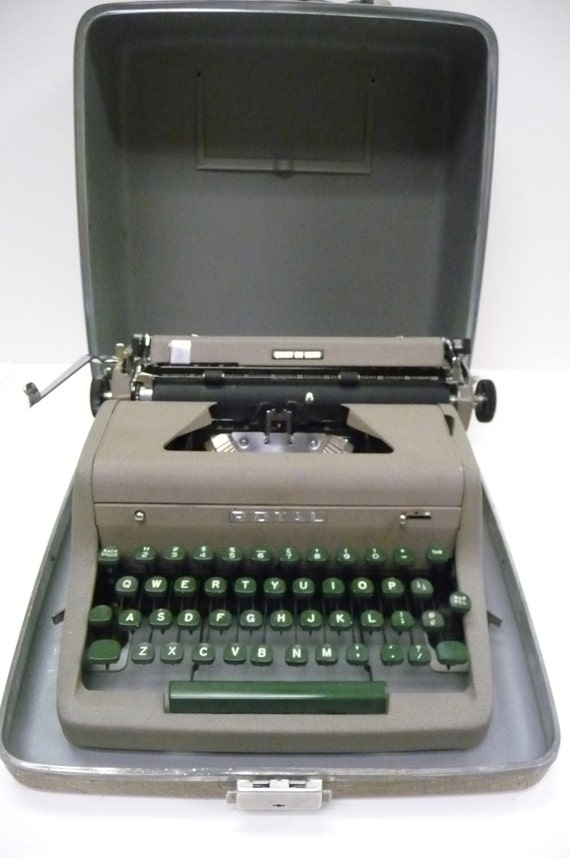 ROYAL Typewriter Quiet De Luxe Manual Portable Forest Green keys in case