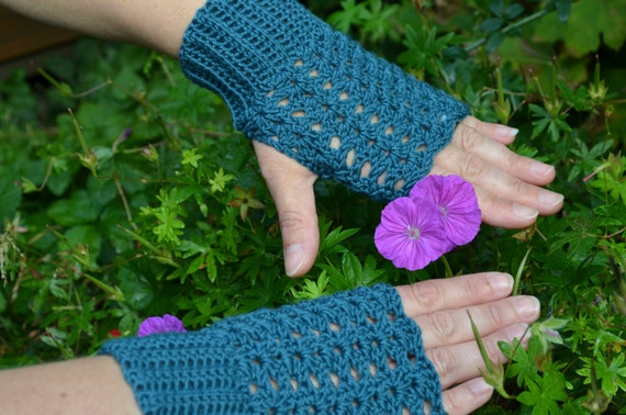 Crochet pattern : Ladies fingerless mittens with lovely shell pattern in 3 sizes