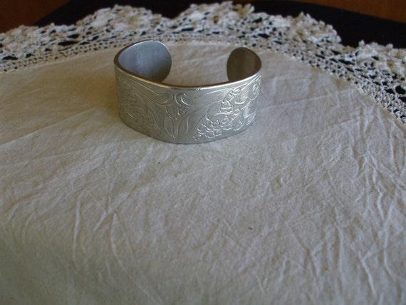 Vintage SALISBURY PEWTER MONTH OF MAY CUFF BRACELET
