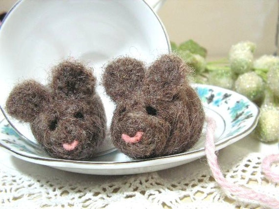 Set of 2 wool mouse cat toys with organic catnip for your kitty.