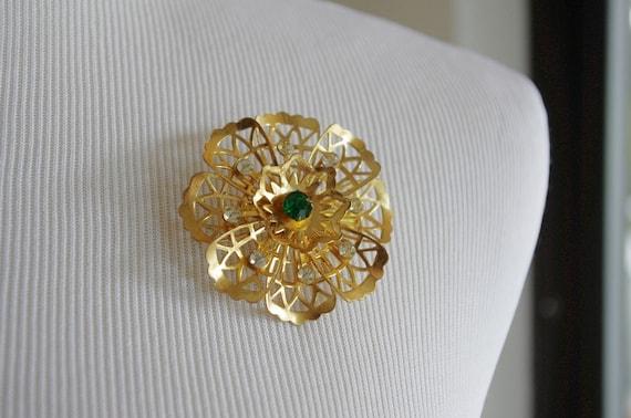 Vintage Brooch --  Emerald Green Rhinestone -- Gold Metal Filigree Rosette -- Vintage Pin -- Emerald Stone -- Floral Pin