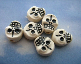 20 Tiny Skulls - flat black and white