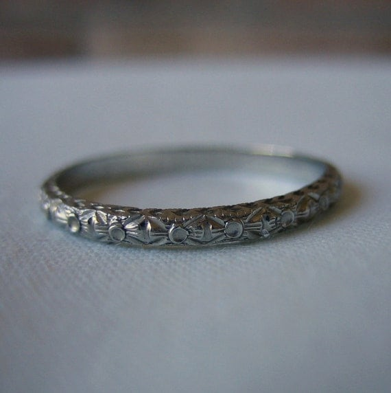 Vintage Wedding Band. Floral Etched Pattern. 18 Karat White Gold. Addy on Etsy.