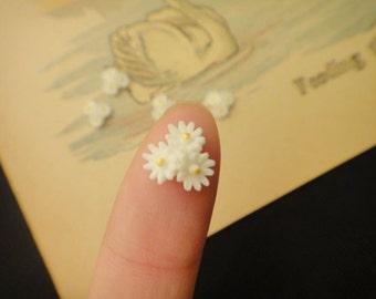 10Pcs Tiny White Flower Cabs