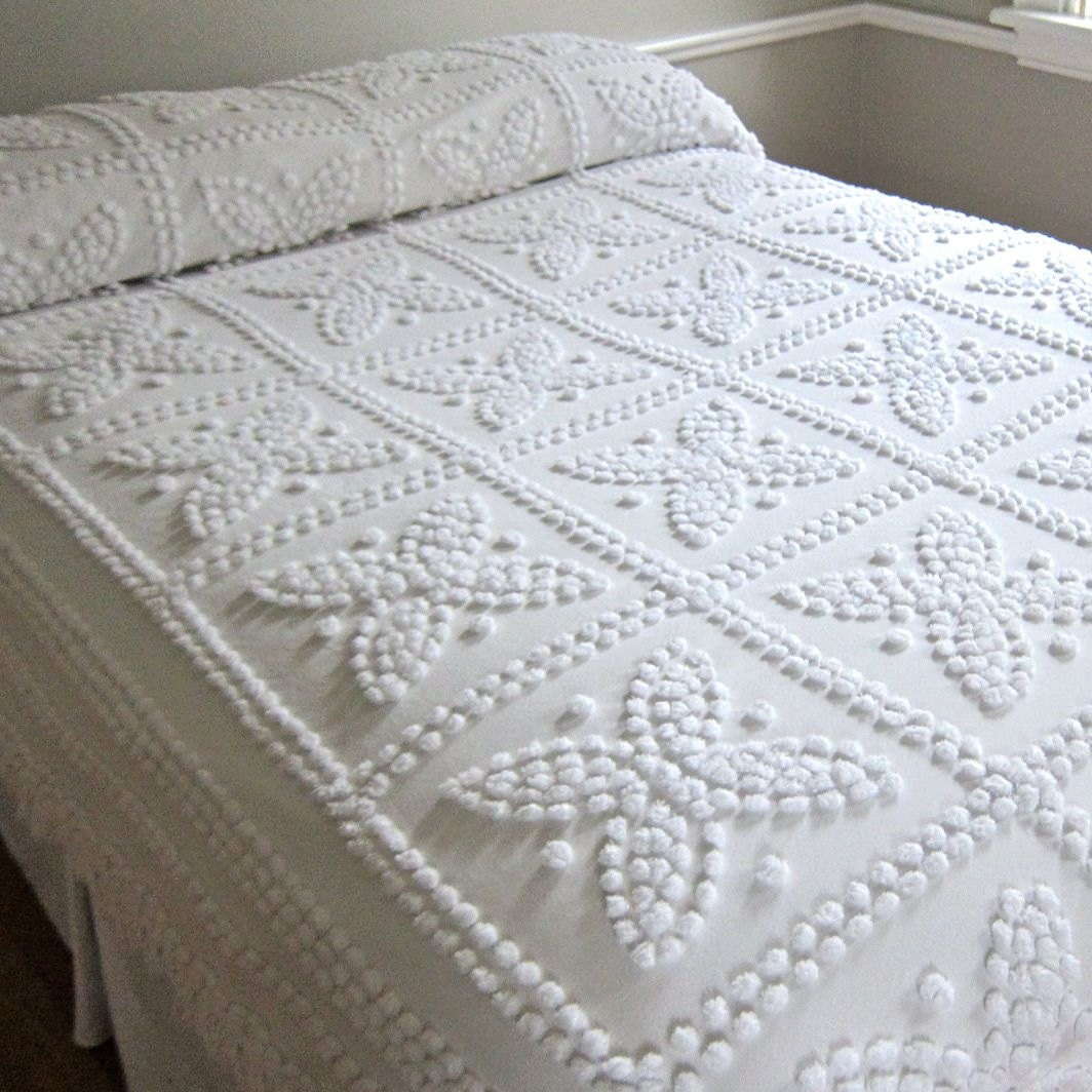 Vintage chenille bedspread in snowy white with fringe for Chenille bedspreads