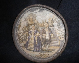 x Victorian 6 inch round frame with image of 1700's couple (FF427)