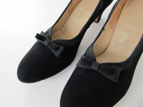 Cute as a button black 1950s heels with bows