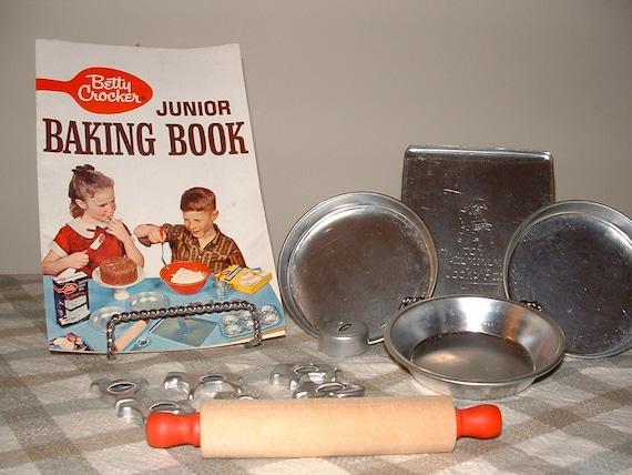 Vintage Childrens Bakeware set With Betty Crocker Junior  Baking Booklet
