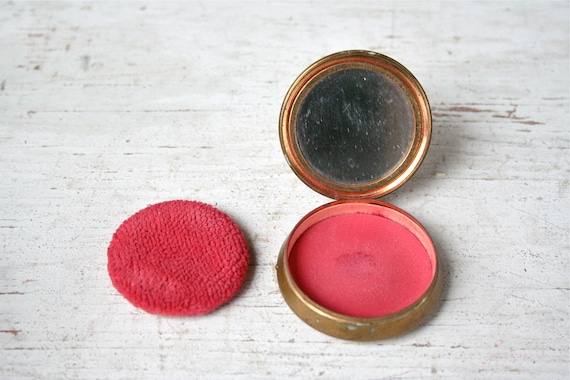 Art Deco - 1930s Primitive Cara Nome Brass Blush Compact - Bright Red