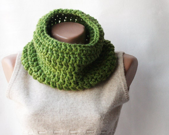 SALE 33% OFF Green cowl scarf Chunky wool crochet  Gift for him Unisex Spring fashion Fall fashion