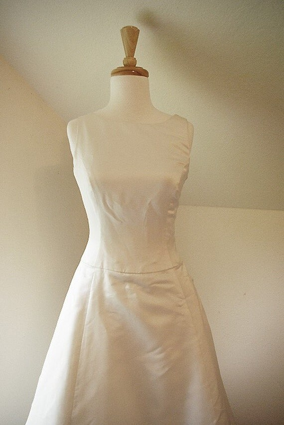 SALE - vera wang . couture . wedding gown . ivory . silk . simple . classic . elegant .