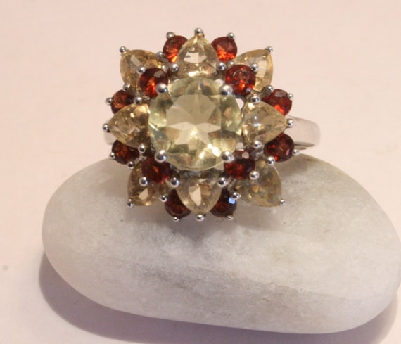 Silver garnet and lemon topaz flower ring. Sterling silver. VINTAGE.  Size 6.5 .  UK size N
