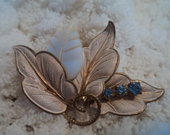 Beautiful leaves brooch with a touch of blue