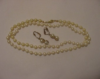 Vintage Pearl String Necklace & Clip On Earrings    Nice  B 40