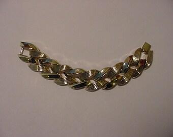 Vintage Lisner Signed Gold Tone Metal Bracelet   2011 - 688