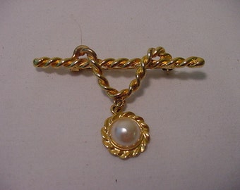 Vintage Gold Tone Metal  Brooch With Faux Pearl  2011 - 918