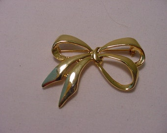 Vintage Gold Tone Metal Bow  Brooch  2011 - 919