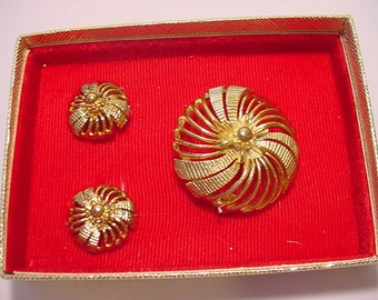 Vintage Lisner Brooch And Clip On Earring Set In Original Gift Box     2011 - 1710