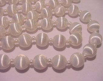 Vintage Sarah Coventry White Plastic Bead Necklace   11 - 1020