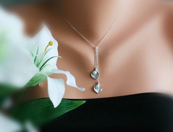 Calla lily necklace,calla lily pearl lariat,pearl flower necklace,flower lariat,bridesmaid gift,birthday gift,modern classic design