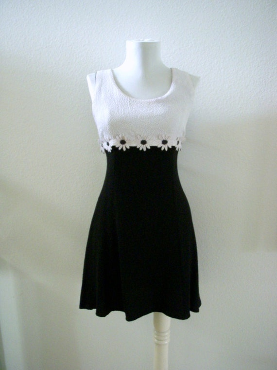 Vintage 60s 70s Mod Mini Dress Black and White Daisy Dress Size Small to Medium