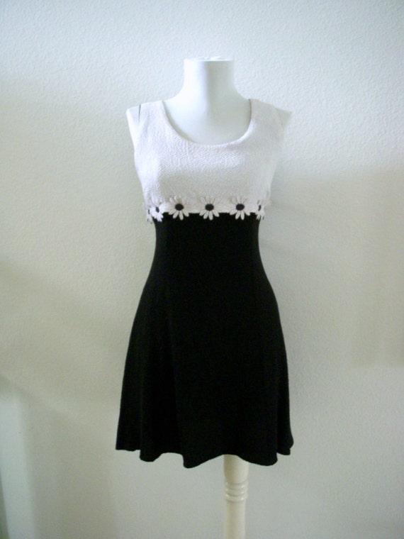 Vintage 60s 70s Mod Mini Dress Black and White Daisy Dress Size Small to Medium