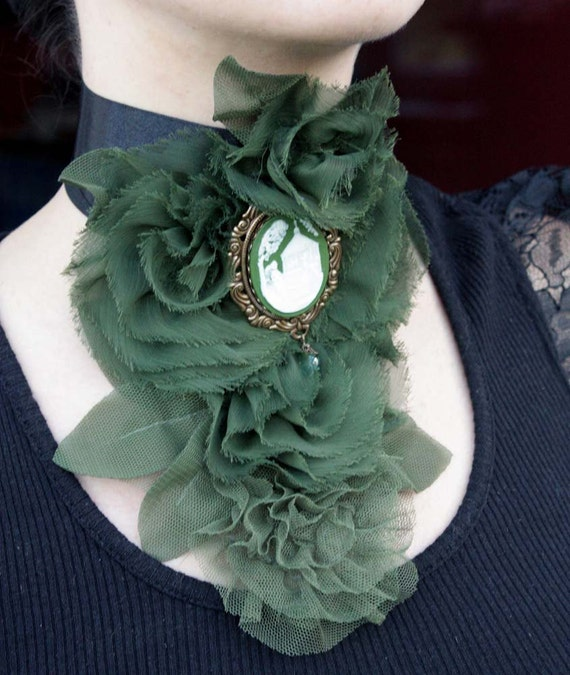 SALE  SET of deep green roses victorian jabot choker and huge pendant brooch cameo 40x30mm