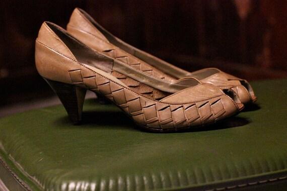peep toe heels : brown leather . size 8.5 / 9