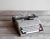 1980s Olivetti Portable Typewriter / Vintage Manual Typewriter / Olivetti Lettera 35 l
