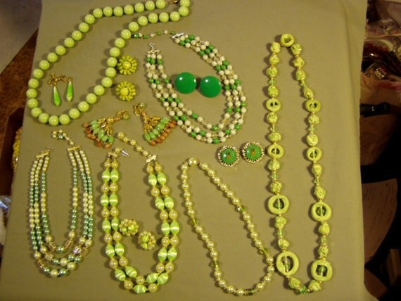 Vintage Lot 1960s Green White Brown Plastic & Glass 6 Necklaces 6 Pairs Earrings  2811