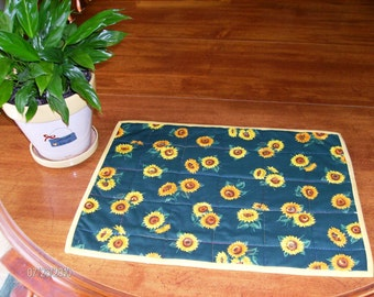 Love those Sunflowers - Quilted placemats and table runner