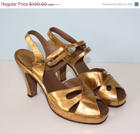 20% OFF SALE 1940s Pumps // Vintage Gold PLATFORM Peep Toe Pumps // Made In Hollywood // Size 8 1/2