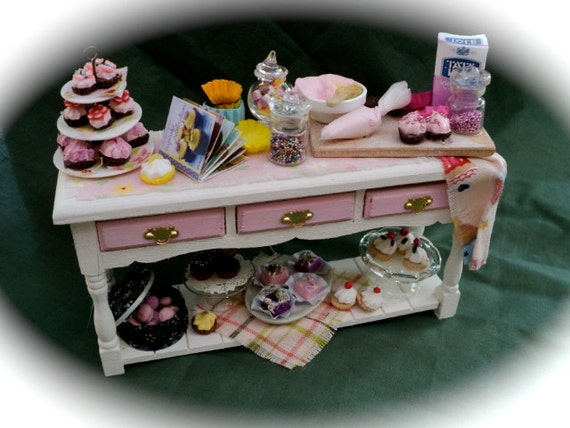 """DOLLS HOUSE MINIATURES - """"Cup Cakes"""" Table"""