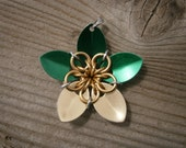 Everlasting Flower pendent in Emerald and Gold