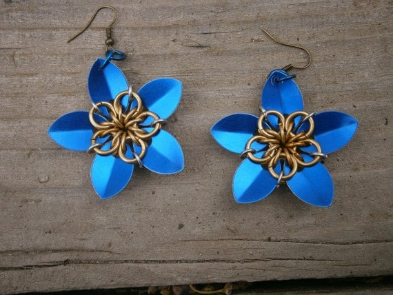 Everlasting Flower earrings in gold and blue