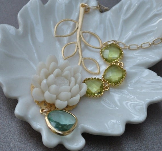 Lariat Cabochon Flower Green Glass and White Water Lily in a Leaf Branch Gold Necklace