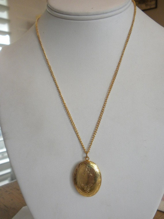 Vintage Estate Engraved Gold Tone Oval Locket with Chain FREE shipping