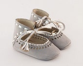Grey leather baby shoes with silver leather braiding and cutout embellishment