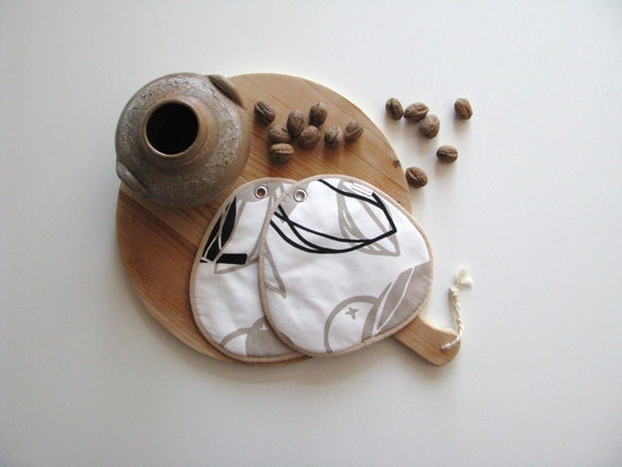 neutral potholders with print in black and creme - foodie gift - neutral kitchen - organic shaped potholders - hostess gift - housewarming
