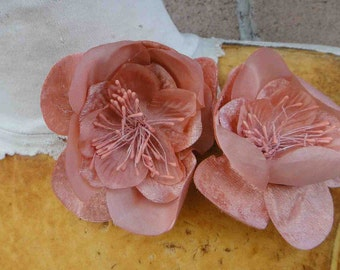 Cute  flower   with  pin back    2  piece listing