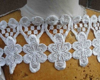 Very cute  off white    color    venice  lace  1   yard listing 5 inches wide