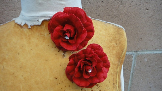 Cute   velvet flower  red    color  with  pin back    2  piece listing