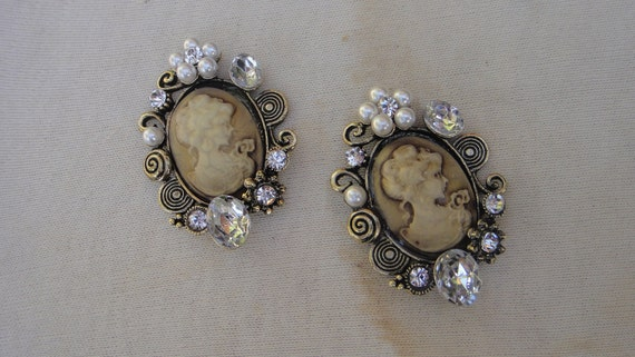 Cute buckle with   rhinestones  pearls  and cameo  2 pieces listing