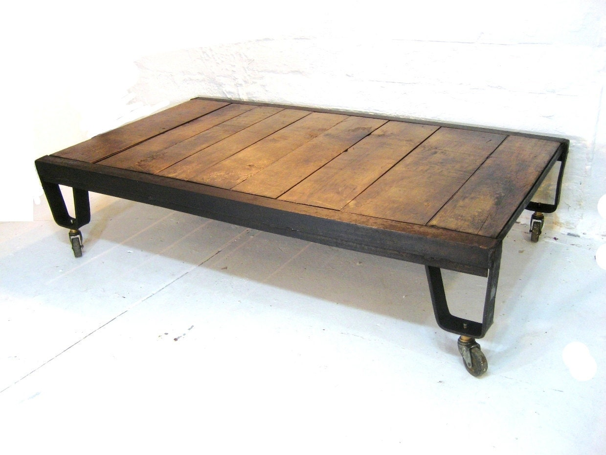 Industrial coffee table natural wood and iron metal vintage for Wire coffee table