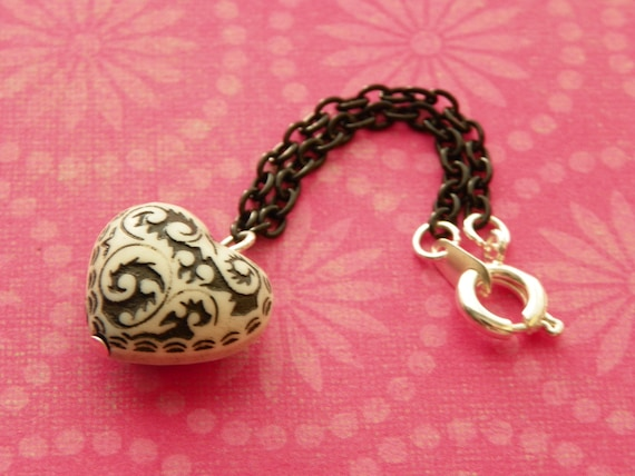 necklace puffed cream and black heart pendant for Blythe - B175