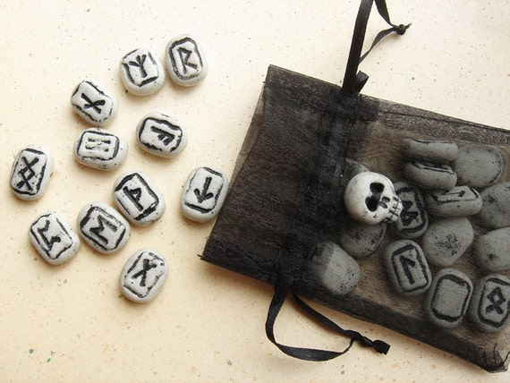 Rambling Runes set 8- a traveling divination set
