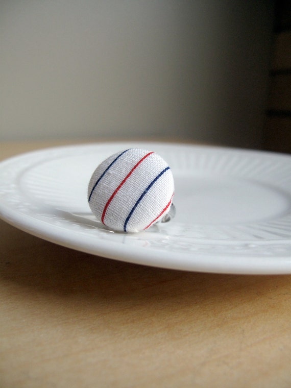 SALE All Buttoned Up: fabric-covered button ring made with vintage fabric - white with red and blue stripes