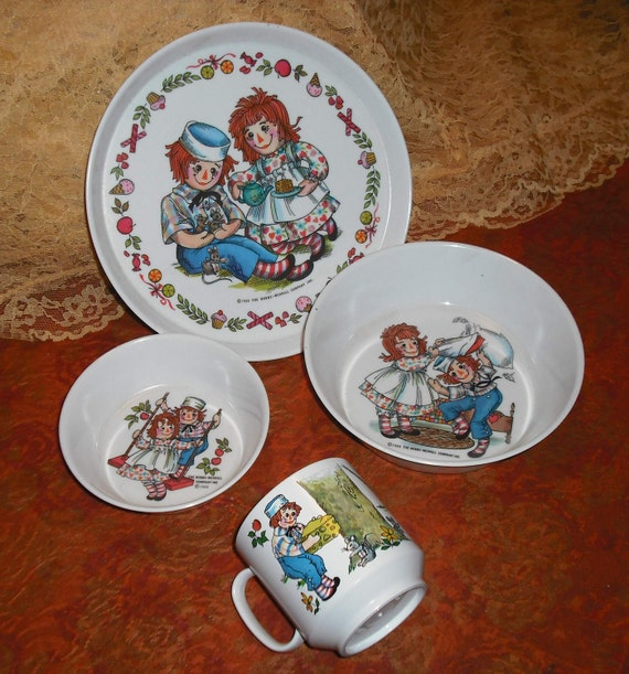 Vintage 1969 Oneida Deluxe Melmac Raggedy Ann and Andy Kids Childs Children Dishes Set Plate Large Small Bowls Mug Home Kitchen Dining Retro