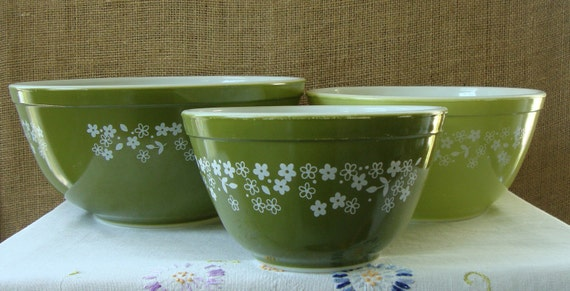 V I N T A G E Set of 3 Pyrex Bowls Green Daisy Nesting Batter Bake Serving Bowls