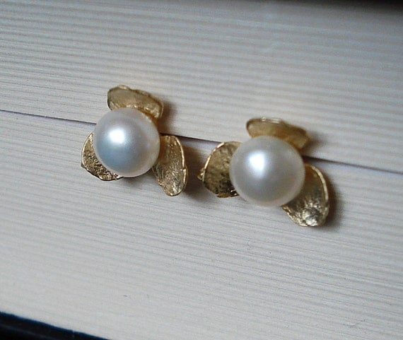 White Pearls and Flowers in Gold Posts Earrings
